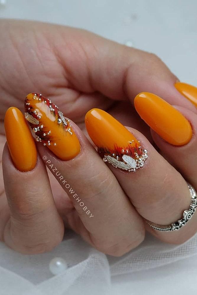 летний маникюр оранжевый бусины