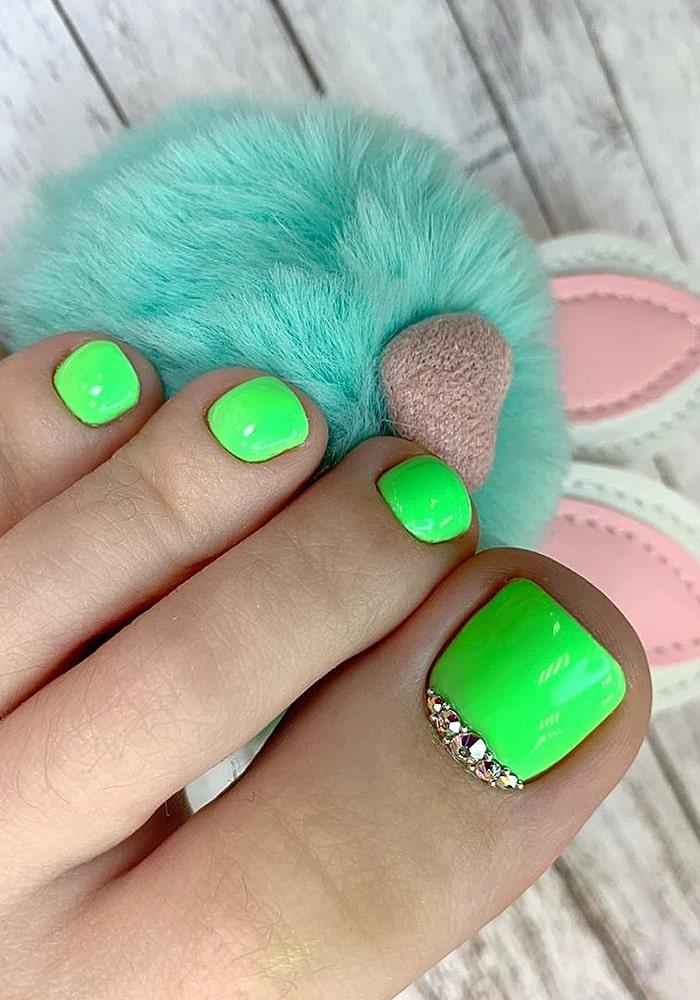 модный педикюр зеленый