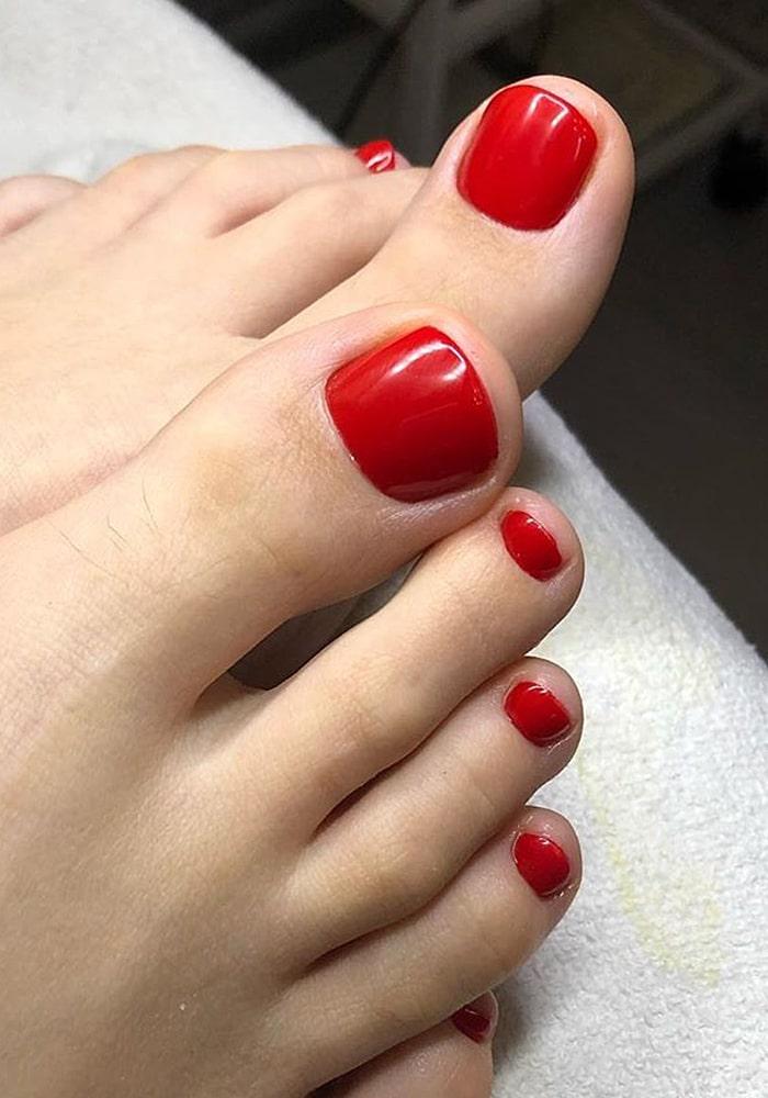 модный педикюр красный