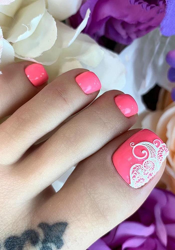 модный педикюр розовый орнамент