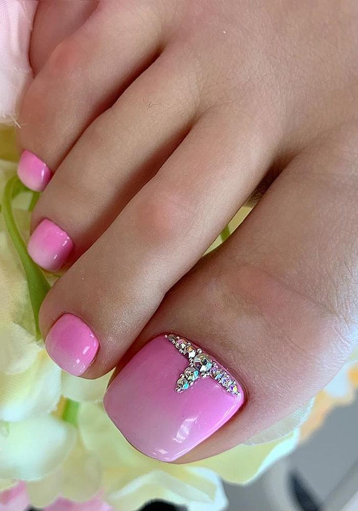 модный педикюр розовый
