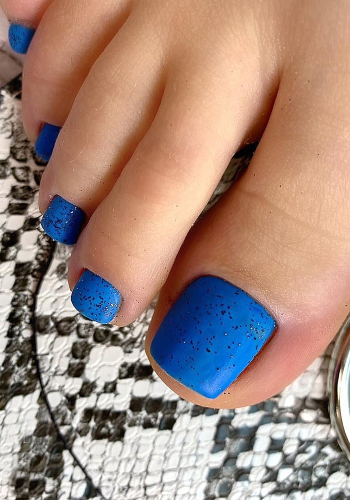 модный педикюр синий матовый nail.lika