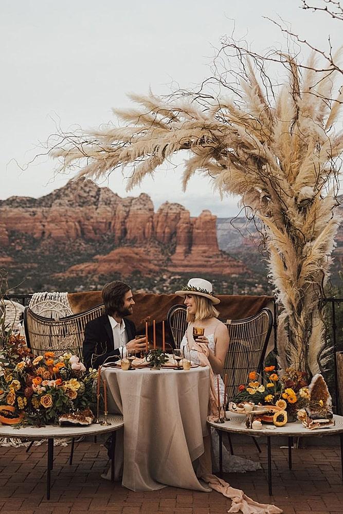 декор свадьбы молодожены за столом пампасная трава