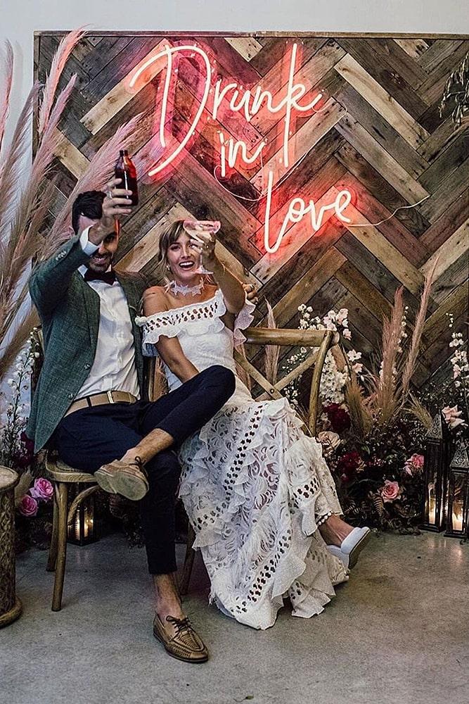 декор свадьбы молодожены неоновый знак декор